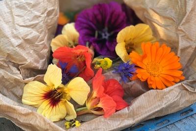 eetbare-bloemen-in-papieren-zak
