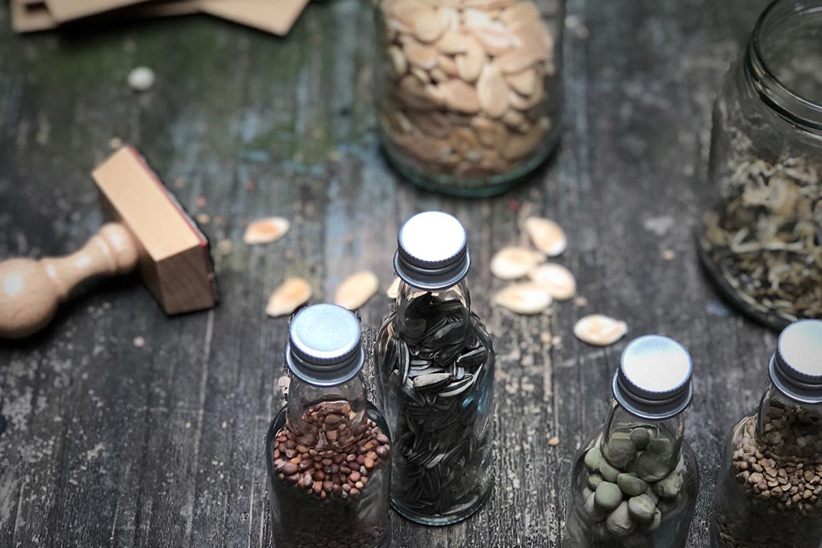 zadenruil-flesjes-zaadjes-met-stempel