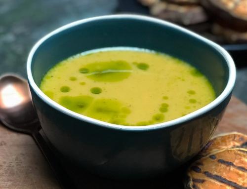 Zoete aardappel-pastinaak soep met groene prei olie